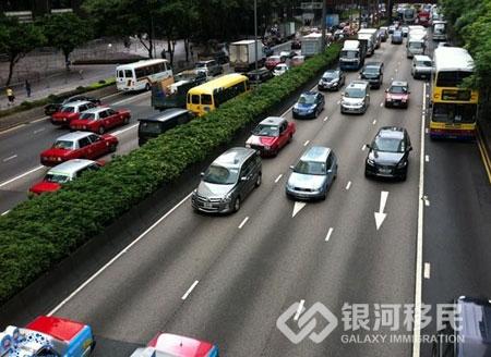 香港路窄车多,为什么不用实施限购呢?