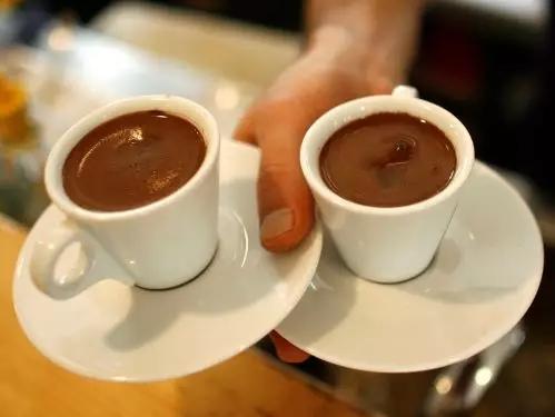 乘坐飞机最好不要点咖啡或茶, 因为...