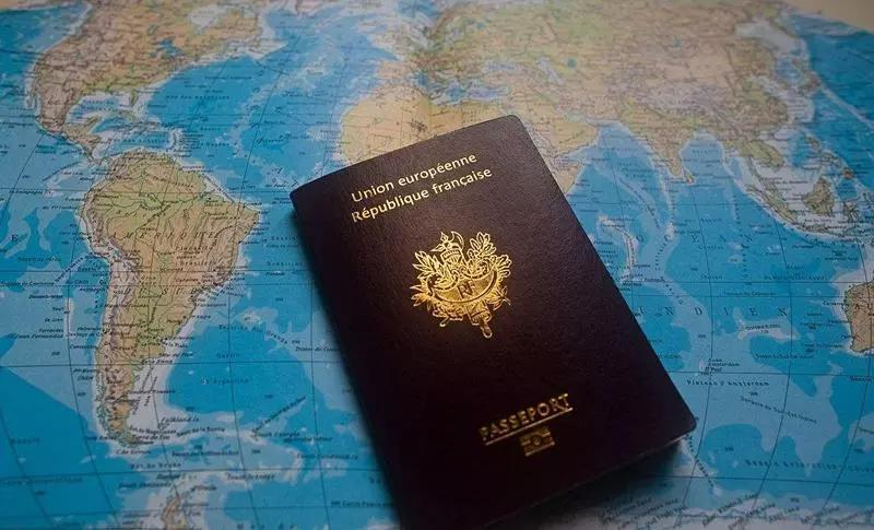 """美国当局日前致信希腊公民保护部部长奥尔加·杰罗瓦西里,希腊被永久性地列入""""美国免签计划""""。这就意味着希腊护照持有者无需签证,可赴美停留90天,且是永久免签!"""